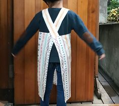 頭からすっぽりかぶる、こども用バッククロス型エプロンの作り方 | nunocoto fabric Sewing Aprons, Kimono Top, Fabric, Handmade, Crafts, Women, Fashion, Japanese Clothing, Sewing Projects