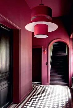 Du rouge framboise sur les murs pour une déco de couloir