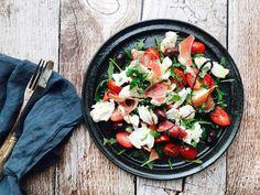 Denne lækre italienskinspirerede rucolasalat er en nem og hurtig frokost, som smager dejligt og som mætter godt. Prøv den med god olivenolie dryppet over.