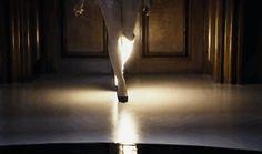 Prototype : le magnifique clip d'une chanteuse amputée qui affiche fièrement sa jambe bionique