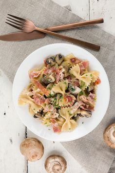 Romige farfalle met champignons en ham This creamy farfalle with mushrooms and ham is easy to make, full of flavor and to make in one pan. Farfalle Recipes, Pasta Recipes, Farfalle Pasta, Pasta Dishes, Italian Recipes, Food Print, Love Food, Stuffed Mushrooms, Lunch