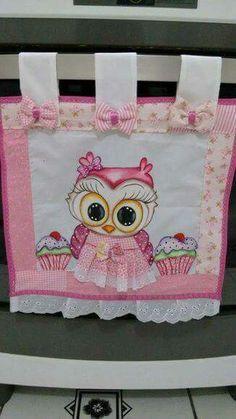 Pon un toque original y creativo en la decoración de tu cocina añadiendo una pequeña cortinilla en la ventana del horno o estufa. Esta es ge... Cute Sewing Projects, Sewing Crafts, Diy Crafts, Baby Room Curtains, Towel Dress, Owl Patterns, Japanese Fabric, Quilting Tutorials, Quilt Top