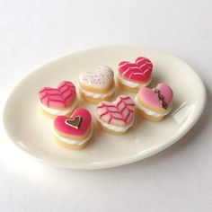 Pink Iced Buns Heart-shaped loose plate not by MerciaMiniatures Crea Fimo, Fimo Clay, Polymer Clay Projects, Polymer Clay Charms, Clay Crafts, Polymer Clay Miniatures, Polymer Clay Creations, Dollhouse Miniatures, Iced Buns