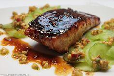 Nach einem Rezept von Tim Mälzer nachgekocht, bekommt der Lachs eine tolle Glasur aus Honig und Sojasauce. Dazu gibt es einen Gurkensalat mit einem sehr leckeren Erdnuss-Pesto, das toll zum Salat und zum Fisch passt.