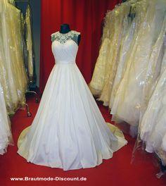 Ein wunderschönes Brautkleid in A-Linie mit großer Schleppe und wundervoller Stickerei.