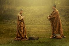 Novice buddhist monk to dress. - Way to dress a robe over a Buddhist priest's shoulder