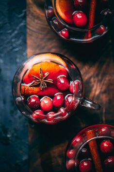 This Cranberry Molasses Mulled Wine recipe is perfect for chilly evenings or big holiday events. Serve with orange slices and fresh cranberries. Vegetarian Thanksgiving Main Dish, Thanksgiving Recipes, Holiday Recipes, Punch Recipes, Wine Recipes, Holiday Punch Recipe, Mulling Spices, Wine Case, Fresh Cranberries