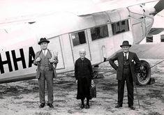 Primeros viajeros de Iberia en Cuatro Vientos. La aerolinea española Iberia fue fundada el 28 de junio de 1927, pero no fue hasta el 14 de diciembre del mismo año cuando se realizo el primer vuelo comercial