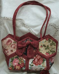 Love this bag.  Figured out how to make it without the templates.  So fun and pretty.