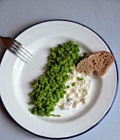 Spring peas with a garlic cream (garlic cooked in olive oil, with ricotta). A tasty Ottolenghi recipe. Yotam Ottolenghi, Ottolenghi Recipes, Chefs, Otto Lenghi, Healthy Cooking, Healthy Recipes, Good Food, Yummy Food, Lebanese Recipes