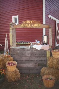 Hot Apple Cider Bar? Yes, please! http://www.theperfectpalette.com/2014/09/apple-orchard-wedding-inspiration.html