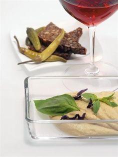 Простой итальянский дип, происхождение которого выдают белая фасоль каннеллини и базилик.
