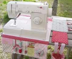 Cover for sewing machine that transforms into a mat full of tricks. Sewing Hacks, Sewing Tutorials, Sewing Crafts, Sewing Patterns, Coin Couture, Couture Sewing, Quilting Projects, Sewing Projects, Sewing Room Organization