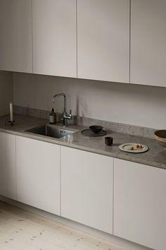 """Ett modernt grått kök i Oscar Properties projekt """"Katarina Västra skola"""". Ett platsbyggt skandinaviskt kök med snygg bänkskiva i kalksten och vacker inredning. Se mer köksinspiration, design, färg och inrednings inspo till ditt kök på @nordiskakok #kök #köksinspiration #kitcheninspo #scandinavianliving #kitchen #bolig#kitcheninspiration #kitchendesign #köksinspo #scandinavianhomes #interiordesign #interior #interiør #interiör #decor #interiorstyling #interiorstyle #oscarproperties #stockholm Modern Grey Kitchen, New Kitchen, Kitchen Dining, Kitchen Lighting Design, Interior Design Kitchen, Latest Kitchen Designs, Interior Decorating Styles, Scandinavian Kitchen, Kitchen Cabinetry"""