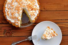 Brazilian Coconut Pie with Tropical Fruits - Food So Good Mall Fun Desserts, Delicious Desserts, Yummy Treats, Sweet Treats, Brazilian Dishes, New Cooking, Cream Pie, Coconut Cream, Fruit Recipes