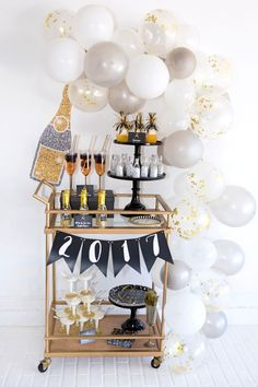This is the easy way to make a balloon garland. No wire or hot glue is needed! This easy DIY balloon garland is a great New Year's Eve party decoration. Nye Party, Festa Party, Gold Party, Balloon Garland, Balloon Decorations, Deco Nouvel An, Silvester Diy, Party Silvester, Deco Ballon