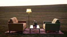 A może wygodna sofa i elegancka lampa w salonie? Stwórz sobie romantyczny zakątek.