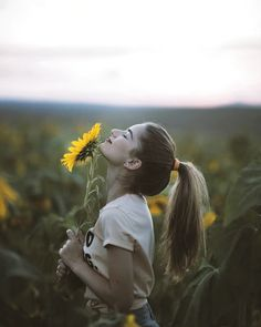 Always look at the brighter side of life just like the sunflower which looks upo. Always look at the brighter side of life just like the sunflower which looks upo… Always look at Sunflower Field Photography, Summer Photography, Girl Photography Poses, Creative Photography, Sunflower Field Pictures, Sunflower Pics, Poses Photo, Sunflower Fields, Insta Photo Ideas
