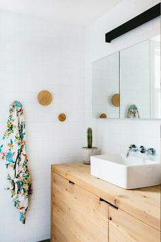 Wooden bathroom counter. contrast between materials. ChicDecó: | Cute wooden cottage