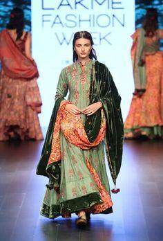 Vrisa at lakmé fashion week winter/festive 2016 vogue. Lakme Fashion Week, India Fashion, Asian Fashion, Fashion Show, Vogue Fashion, Trendy Fashion, Fashion Trends, Indian Suits, Indian Attire