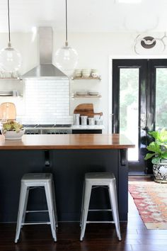 house tweaking kitchen : globe lights + plant in front of black doors Diy Interior, Kitchen Interior, New Kitchen, Kitchen Decor, Interior Decorating, Interior Design, Kitchen Black, Warm Kitchen, Purple Interior