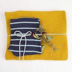 Hier siehst Du eine Vorauswahl an Geschenke Sets mit Gelber Knopf Einzelstücken. Falls Du ein Geschenk für Dich selber oder für Freunde suchst, bist Du hier genau richtig!  Die fertig zusammengestellten Sets hier, diene als Inspiration.  Für mehr bitte auf www.gelberknopf.de gehen und stöbern!   #geschenke #baby #schenken #gelberknopf Coin Purse, Wallet, Purses, Inspiration, Fabric Crown, Early Voting, You're Welcome, Handbags, Biblical Inspiration