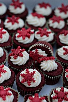 38 Christmas Cupcakes - Kris, if you see this, we should make some of these at Christmas! I will marvel at your cupcake talent and eat them =D Christmas Sweets, Christmas Cooking, Noel Christmas, Holiday Cupcakes, Holiday Treats, Holiday Recipes, Winter Cupcakes, Mini Cakes, Cupcake Cakes