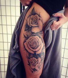 Sin dudas las flores son siempre un hermoso y estético motivo para el diseño de un tatuaje. ¿Y quién no ha pensado en tatuarse alguna vez a la reina de todas las flores?...