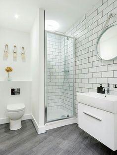 Baldosas metro, espejo redondo, blanco y gris...100% nórdico