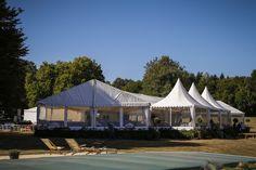 Une tente sur mesure au bord d'une piscine pour un mariage de rêve !