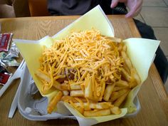 Have you ever had real authentic chili cheese fries with homemade chili. I make them all the time and they are truly the best chili chee. Best Chili Recipe, Chili Recipes, The Hat Chili Recipe, Chilli Cheese Fries, Dirty Fries, Fried Beans, New Zealand Food, Homemade French Fries, Homemade Chili