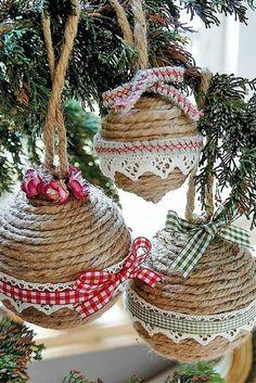 activite manuelle noel avec des boules pour le sapin, enroulées de ficelle marron, avec des rubans aux carreaux et de la dentelle