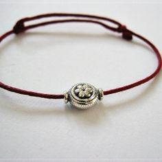 Learn how can you make a beautiful bracelet in just 4 steps. (in Romanian)