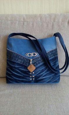 Pircsi táskái Denim Handbags, Denim Tote Bags, Denim Purse, Jean Purses, Purses And Bags, Denim Ideas, Denim Crafts, Recycle Jeans, Quilted Bag