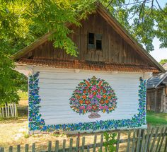 Zalipie, la plus belle ville fleurie de Pologne - Murales Pared Exterior Wooden Cottage, Painted Cottage, Painted Houses, Polish Folk Art, Glass Building, Atelier D Art, Belle Villa, Facade House, House Painting