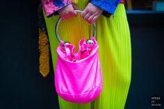 Ashley Williams piercing Handbag Neon pink by STYLEDUMONDE Street Style Fashion Photography Maisie Williams, Ashley Williams, Street Style 2016, Street Look, Street Chic, Ootd, Fashion Bags, Style Fashion, Street Snap