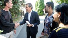 Michel Friedman traf vor dem Heim Flüchtlinge aus dem Hotel Leonardo. Die Heimleitung war nicht bereit, ihm Zutritt zu gewähren (Foto: Charles Yunck)