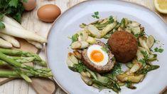 Die Schottischen Eier sind ein eher robustes Picknick-Gericht. Aber Martina Kömpel macht natürlich eine feine Variante, die gut zu dem leichten Spargelsalat passt. Sind die Eier einmal frittiert, können sie auch kalt gegessen werden, obwohl sie warm zu dem lauwarmen Salat am besten schmecken.