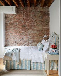 Un loft industriale con un Trad Interni - Tour Home - Lonny Casas Shabby Chic, Estilo Shabby Chic, Cozy Room, Cozy Bed, Downtown Lofts, New York City Apartment, Exposed Brick Walls, Urban Loft, Bedroom Photos