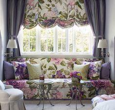 Пример интересного сочетания тканей в декоре гостиной