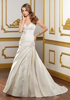 A-Line/Princess Sweetheart Neckline Chapel Train Taffeta Wedding Dress With Applique