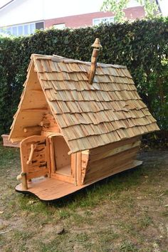I buit this doghouse from recycled beechwood Dog House Bed, Dog House Plans, Kids House, Dog Bed, Woodland House, Forest House, Cool Dog Houses, Play Houses, Rustic Dog Houses