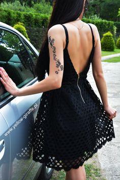 Klasyczna, rozkloszowana sukienka o unikalnym fasonie to najlepszy sposób na udany look, niezależnie od pory roku i okazji. #dresses #dress #sukienka #partydress #czarnasukienka #sklep #skleponline #sklepinterentowy #fashion #inspiration