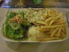 Bifanas de porco com cogumelos, batatas, salada e arroz)