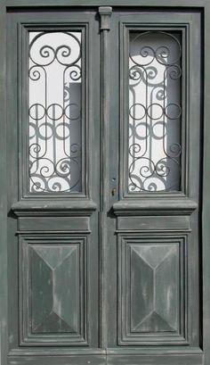 Double porte vitrée avec grille Peinture patinée. Portes d'entree .