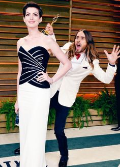 Anne Hathaway Photos - Actors Anne Hathaway (L) and Jared Leto attend the 2014 Vanity Fair Oscar Party hosted by Graydon Carter on March 2014 in West Hollywood, California. - Stars at the Vanity Fair Oscar Party Jared Leto, Glamour, Victor Rolf, Anne Hathaway Photos, Graydon Carter, Nice Dresses, Prom Dresses, Oscar Dresses, Vanity Fair Oscar Party