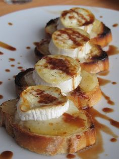 Tostadas con queso brie Cheese Toast, Goat Cheese, Cheese Recipes, Veggie Recipes, Canapes, Pear, Meal Planning, Food And Drink, Appetizers