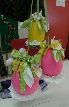 Uova di pannolenci con fiori . Di Manuela e amiche