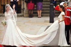 La cola del vestido de novia desmontable es ¡mi favorita! ya que es aquella que podrán lucir en la ceremonia de la boda y quitarla por completo para la recepción de la boda, creando así dos looks diferentes #ElBlogdeMaríaJosé #vestidonovia #cola #cauda