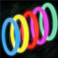 Ces bracelets fluorescents sont géniaux ! Vous pourrez aussi les fixer aux baleines de l'ombrelle lors de la fameuse danse du parapluie. Ils apporteront aussi couleur à vos verres en se transformant en agitateurs à cocktails.